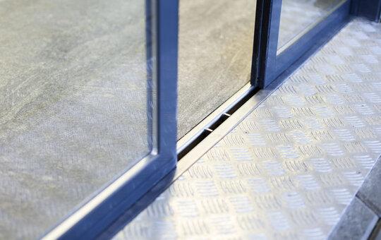 record rail au sol s curit de fonctionnement diminution des courants d 39 air et protection. Black Bedroom Furniture Sets. Home Design Ideas