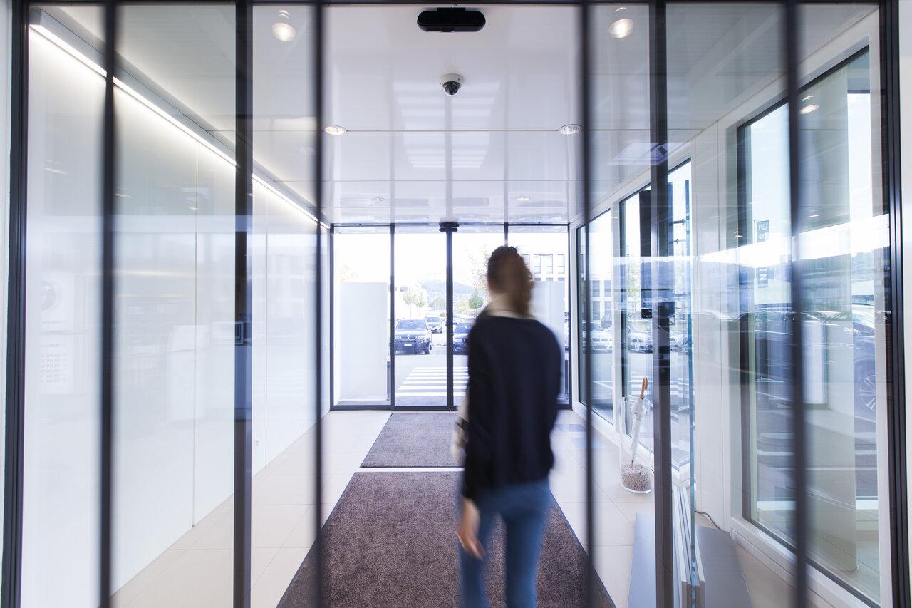 La porte THERMCORD record est utilisée en intérieur ou en extérieur partout  où une isolation thermique est nécessaire entre deux zones affichant un ...